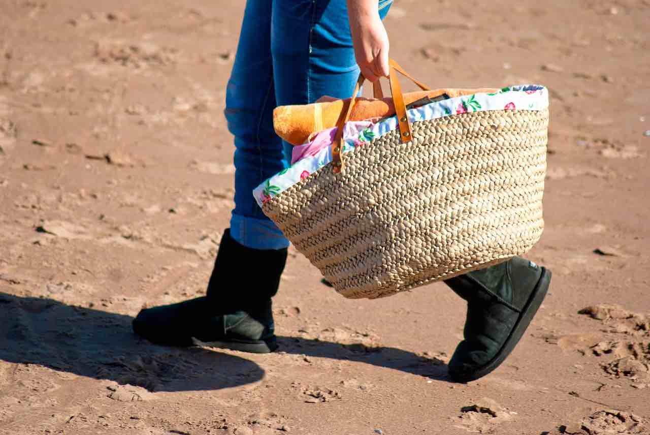 Le drap de plage dans le sac