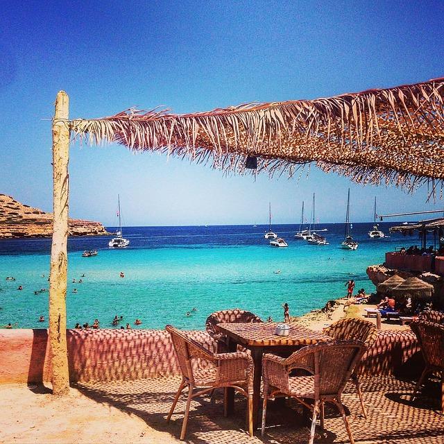 Plage et paillotte à Ibiza
